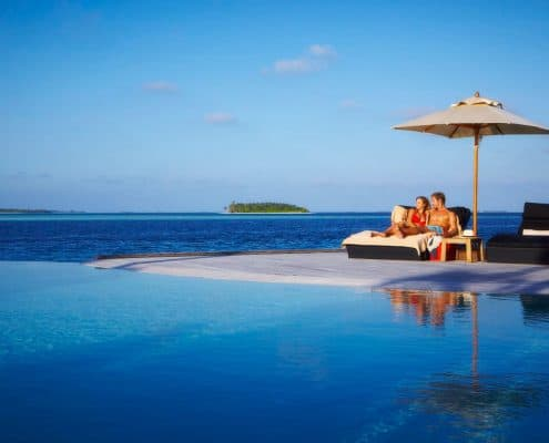 Komandoo Island Resort & Spa Infinity Pool Liegen