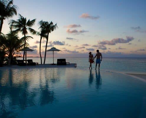 Komandoo Island Resort & Spa Infinity Pool Sonnenaufgang
