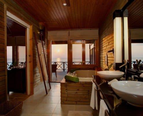 Komandoo Island Resort & Spa Jacuzzi Water Villa Badezimmer