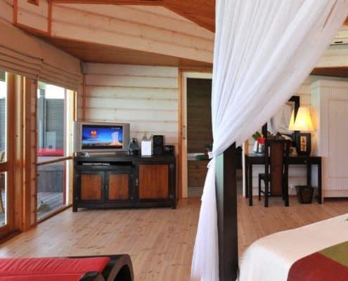 Komandoo Island Resort & Spa Jacuzzi Water Villa Schlafzimmer
